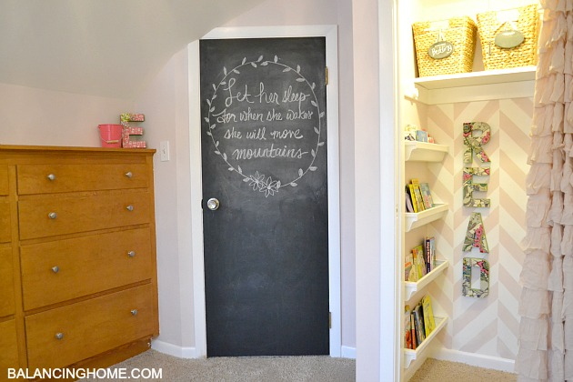 Kid room makevoer with reading nook and chalkboard door