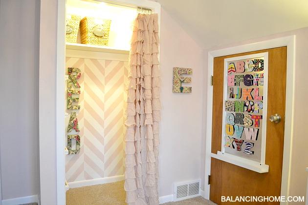Kid room makevoer with reading nook and DIY magnet board.