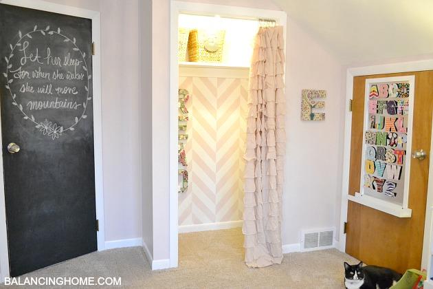 Kid room makevoer with reading nook, chalkboard door and DIY magnet board.