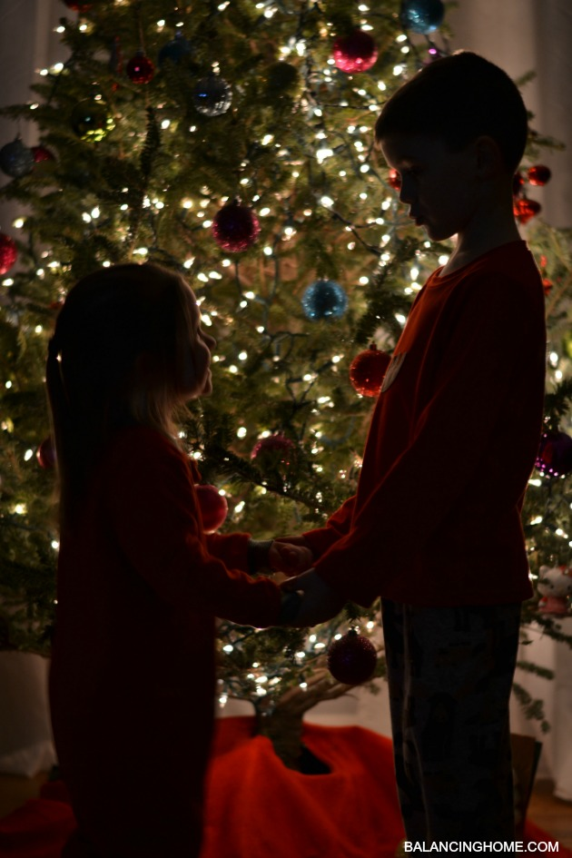 KIDS-IN-FRONT-OF-TREE-SILHOUETTE